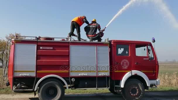 Zrenjanin; Srbsko; 10.19.2017.FireFighters oheň s vodním dělem; Dva hasiči uhasili oheň s vodním dělem z hasičské auto