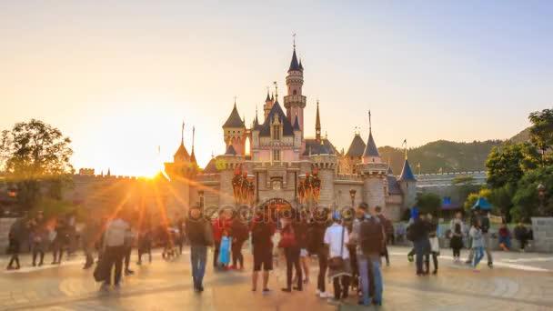 Hong Kong Disneyland - Listopad 28 2016: Čas zanikla den do noci zámek Disneylandu a mnoho lidí Take fotografie přední strana spící Růženka zámku Hong Kong Disneyland, Hong Kong 2016
