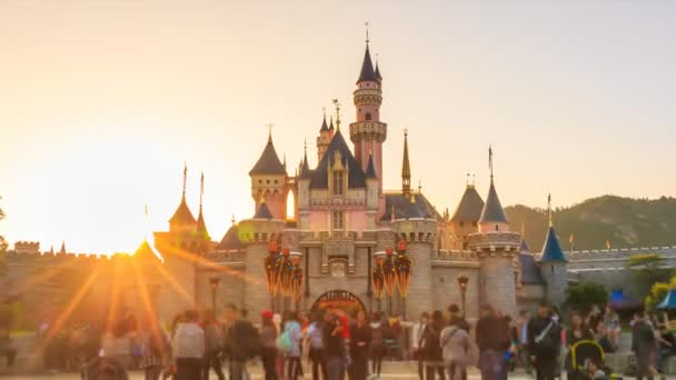 Hong Kong Disneyland - Listopad 28 2016: Time Lapse den do noci Disneyland hrad a mnoho lidí si fotografie přední straně spící krása hrad z Hong Kong Disneyland, Hong Kong 2016 (zmenšit)