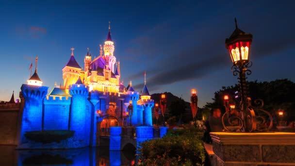 Hongkong – zámek v Disneylandu 4k čas zanikla den do noci (3 výstřely)