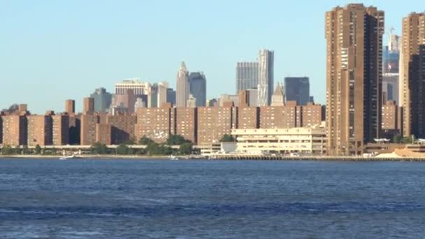 East River v New Yorku s panorama Manhattanu v pozadí