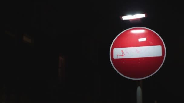 zákaz vjezdu s graffiti a nálepka na to