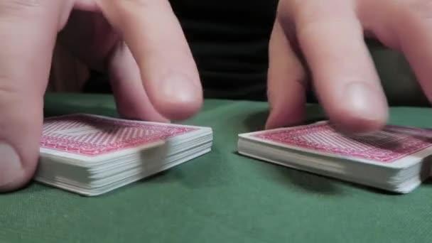 Riffle Shuffle. Detailní záběr mužských rukou, jak míchají hrací karty. Hazardní hry
