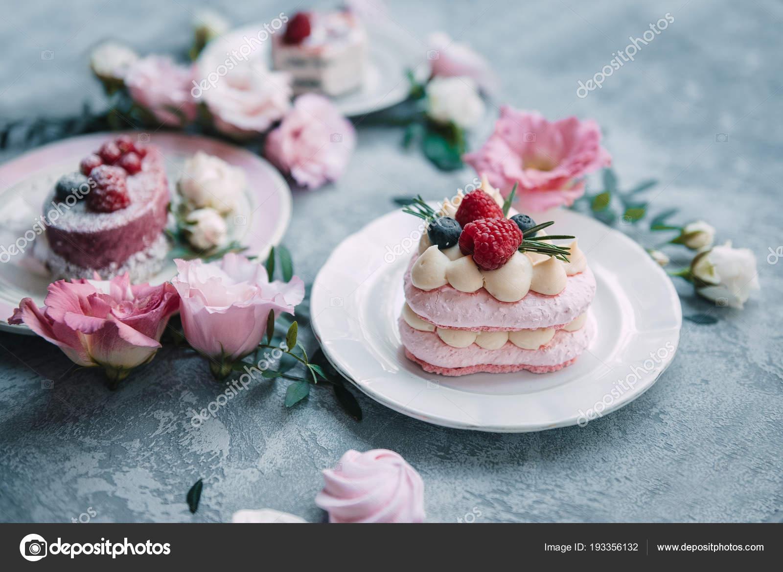Schone Kuchen Auf Schonen Tellern Rosa Und Weissen Farben Auf