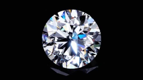 Natürlicher großer runder Diamant auf schwarzem Hintergrund Einzigartige extreme Nahaufnahmen. Das Filmmaterial wird aus einer Rohsequenz erstellt und kann für alle technischen Anforderungen verändert werden.
