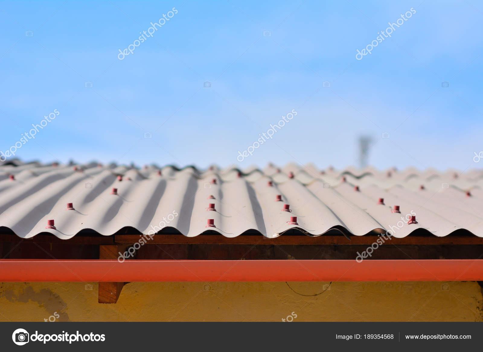 Rotem Kunststoff Dach Genagelt Auf Holz Unter Dem Dach Ist