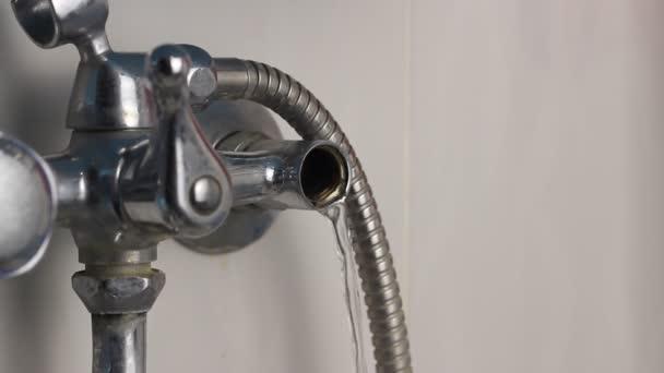 Rozbité vodovodní je únik vody, prosakování vody, rozbité vodovodní, detail.