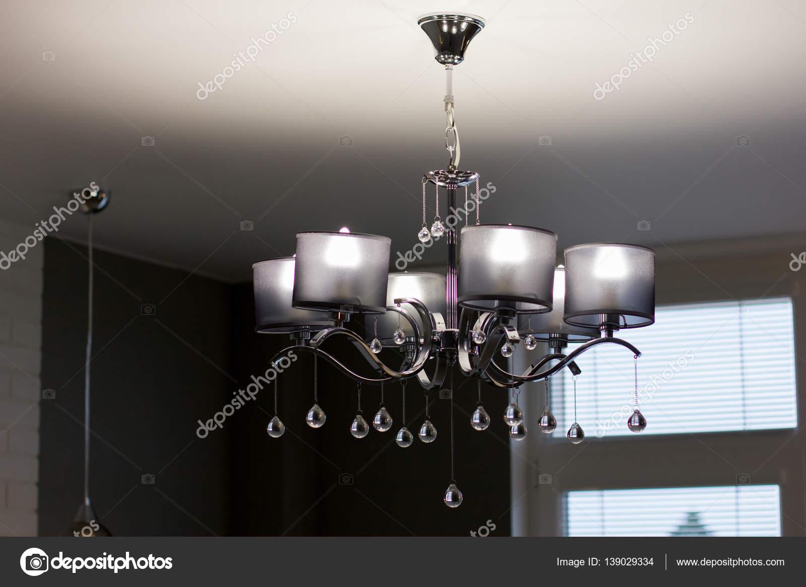 Moderne Kronleuchter Bilder ~ Moderner kronleuchter an der decke hautnah u stockfoto