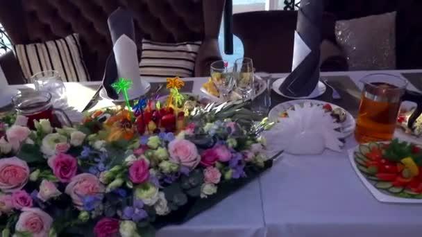 Různé pokrmy na svatebním stole. Arménská svatba