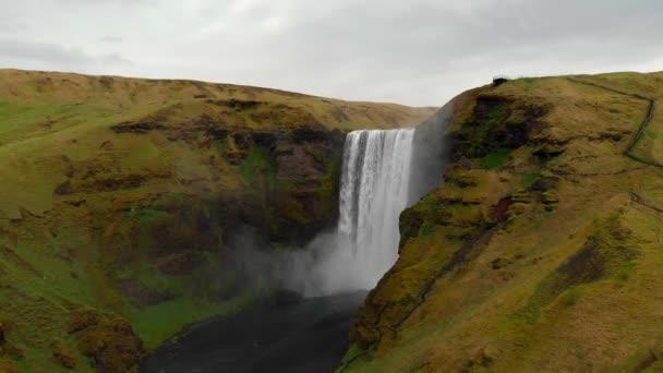 Létání u Skogafosského vodopádu na jihu Islandu. Vzdušný záběr vodopádů a barevného duhového apperance. Cestování