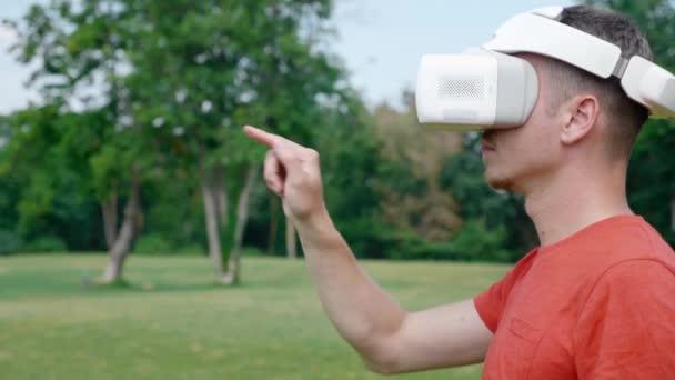 Ein Mann im Virtual-Reality-Helm steuert Gesten