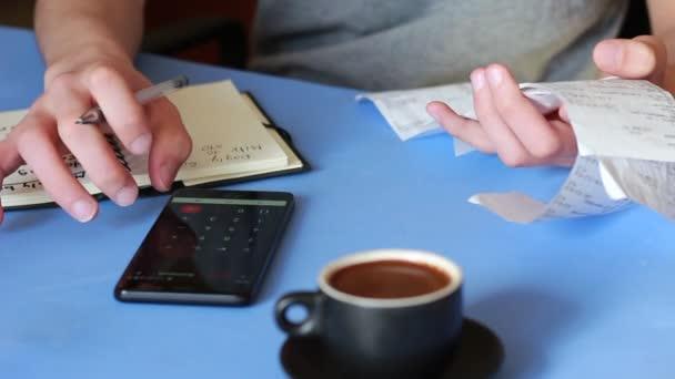 Měsíční výdaje. Mladý muž se počítá náklady. Úspora peněz