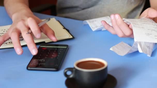 Finanční plánování. Úspora peněz. Měsíční příjmy a výdaje. Osobní domácí rozpočet