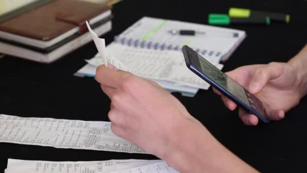 A fiatal nő vizsgál üzletek bevételei. QR-kód szkennelés, mentés pénz, bánik valakivel, szelvények, Online vásárlás