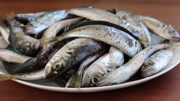Čerstvé mořské ryby na plech. Vaření ryb s kořením a kořením