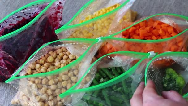 Zima doma čerstvé zeleniny. Sáčky z mražené zeleniny
