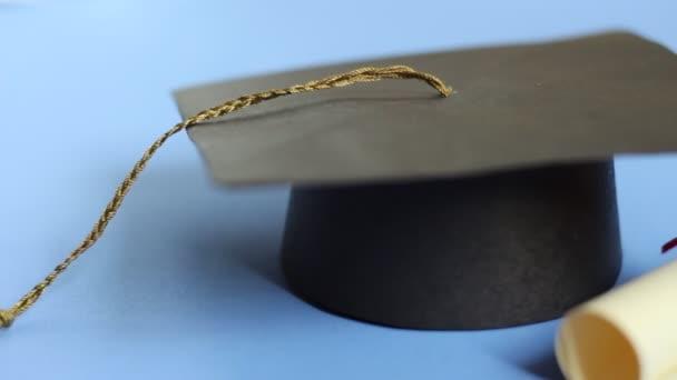 Školné, půjčky a granty. Školné platí univerzita nebo vysoká škola