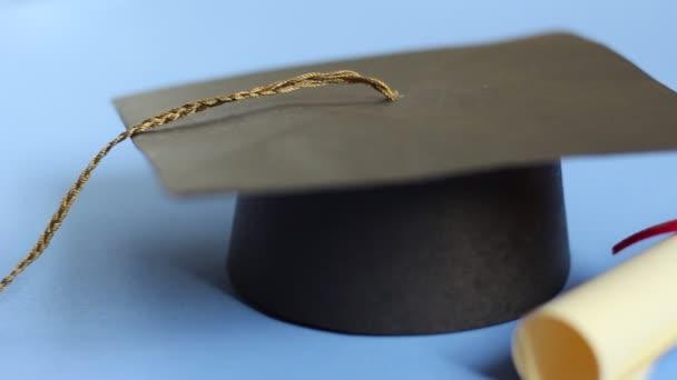 Vzdělávání a učení koncepce. Izolované promoce čepici a diplom dolly zastřelil