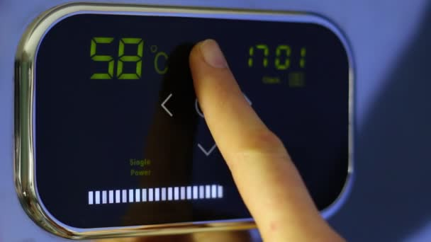 Wi-Fi inteligentní termostat pro inteligentní dům. Teplota nahoru. Klepněte na wi-fi termostat pro inteligentní domácnost s dotykový barevný displej