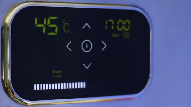 Klepněte na wi-fi termostat pro inteligentní domácnost s dotykový barevný displej. Režim úspory energie. Ovládání z telefonu