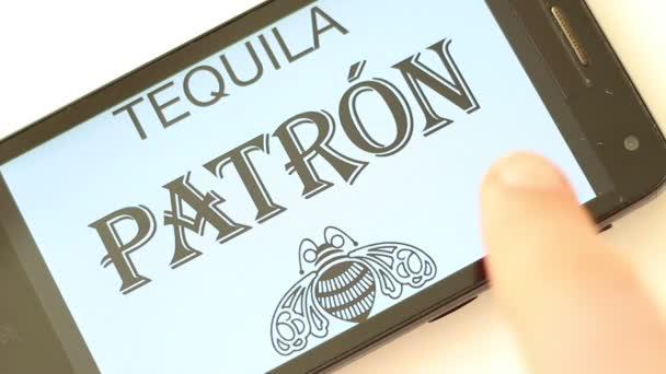 Alkohol Logos Auf Smartphone Bildschirm Captain Morgan Chivas Regal