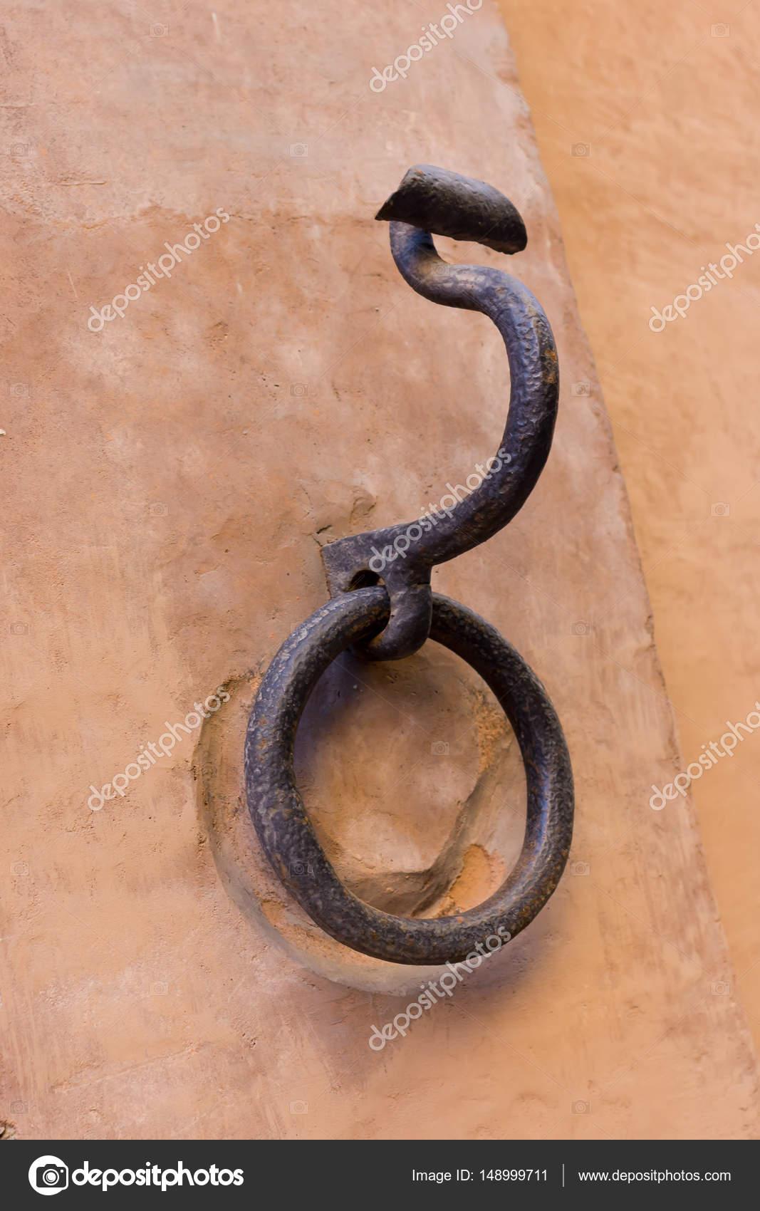 Oude Haak Uit De Muur Voor Paarden Stockfoto Fpwingc 148999711