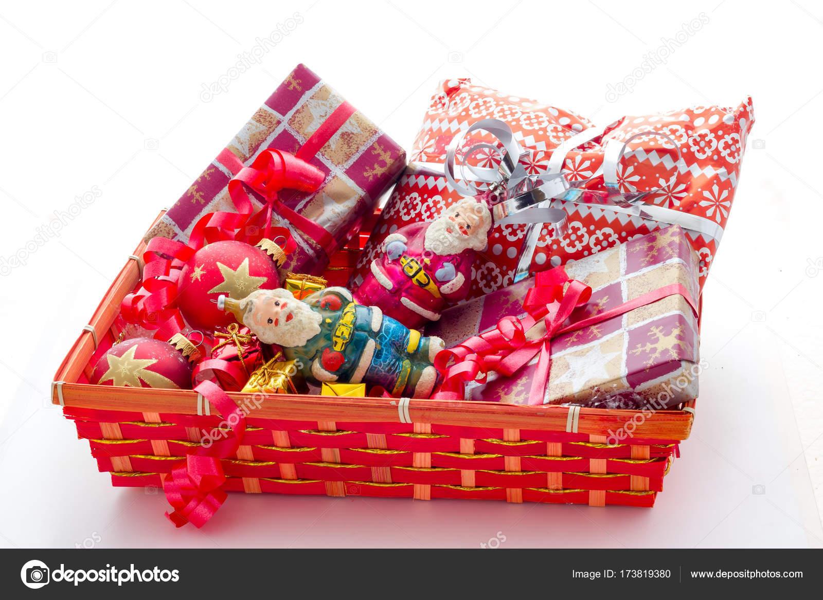 korb mit weihnachtsgeschenke — Stockfoto © fpwing_c #173819380