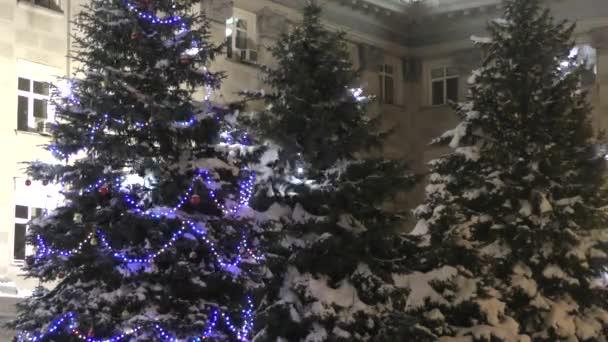 barevné vánoční ozdoby