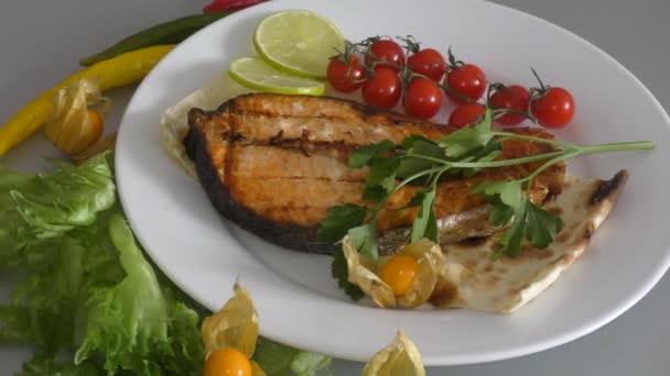 Lazac hal sült, friss fűszernövények és zöldségek