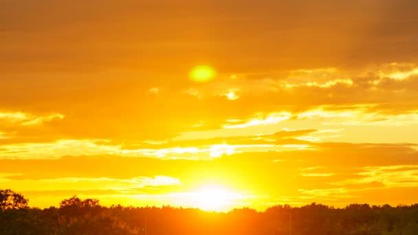 Zeitraffer des Himmels mit Wolken bei Sonnenuntergang