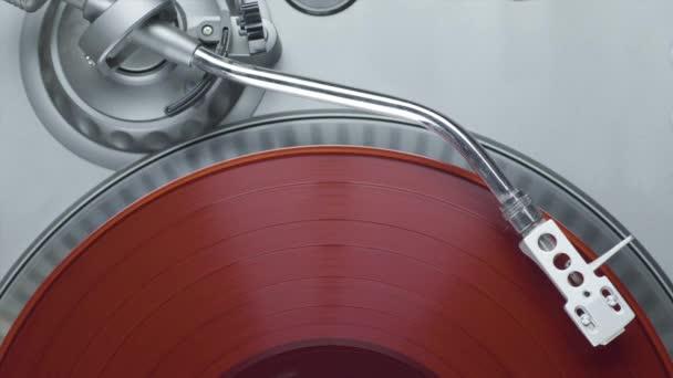 Piros bakelit lemezjátszó játékos felső nézetében