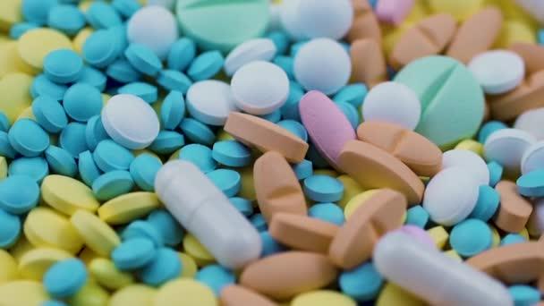 Prášky různé tvary barvy sypané na žluté modré nutriční doplňky