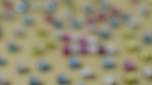 Frohe Ostern Hintergrundkomposition, Buchstaben auf bunten Würfeln. Konzentration auf