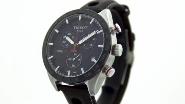 Le Locle, Svájc 15.01.2020 - Tissot man óra rozsdamentes acél tok, fekete óra számlap, bőr szíj, svájci kvarc mechanikus óra elszigetelt, svájci gyártmány forgatható stand közelről