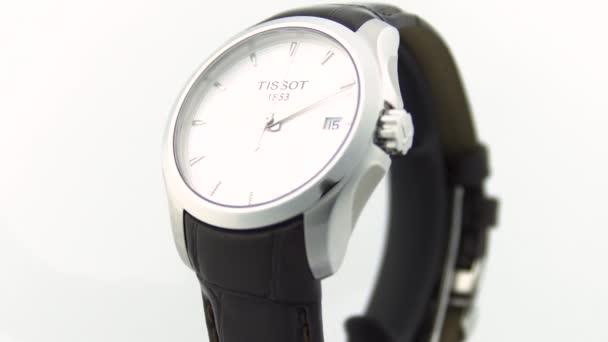 Le Locle, Svájc 15.01.2020 - Tissot női óra rozsdamentes acél tok, fehér óra számlap, bőr szíj, svájci kvarc mechanikus óra elszigetelt, svájci gyártmány forgatható stand közelről