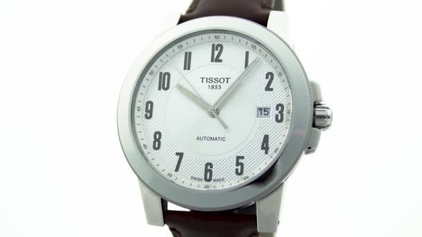 Le Locle, Svájc 15.01.2020 - Tissot man óra rozsdamentes acél tok, fehér óra számlap, bőr szíj, svájci kvarc mechanikus óra elszigetelt, svájci készült gyártás közelkép