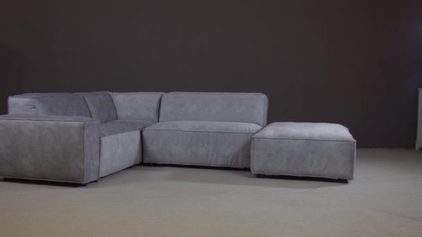 Minimalistický rohový gauč s bohatým sametovým čalouněním, pohodlné křeslo.