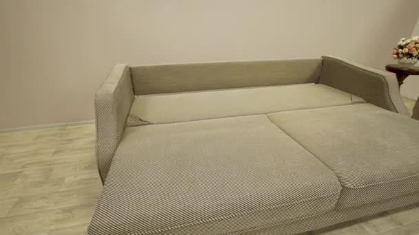 Stílusos beuge kanapé készült környezetbarát anyagok van fektetve egy franciaágy
