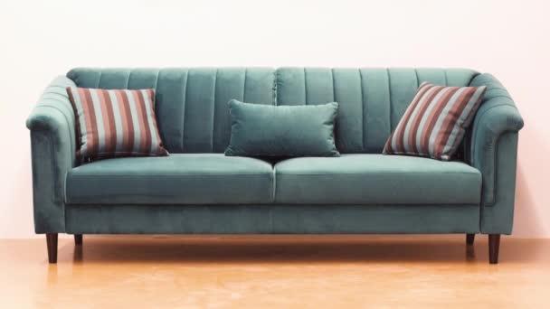 Tyrkysová sametová pohovka s dekorativními měkkými pruhovanými polštáři