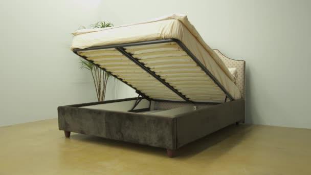 Velký a prostorný prádelna prostor ve dvoulůžku se sametovou stranou