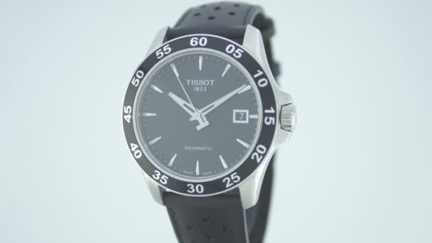 Le Locle, Svájc 15.01.2020 - Tissot man óra rozsdamentes acél tok, fekete óra számlap, bőr szíj, svájci kvarc mechanikus óra elszigetelt, svájci gyártmány