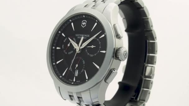Ibach, Svájc 7.04.2020 - Victorinox Man óra rozsdamentes acél tok fekete óra számlap rozsdamentes acél szíj forgó stand közeli elszigetelt fehér háttér