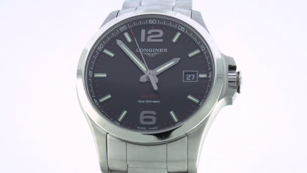 Saint-Imier, Svájc, 2.02.2020 - Longines watch black clock face dial close up rozsdamentes acél karkötő. klasszikus elegáns svájci készült órák