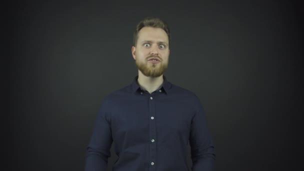jóképű modell szakállas pózok fotózásra stúdióban