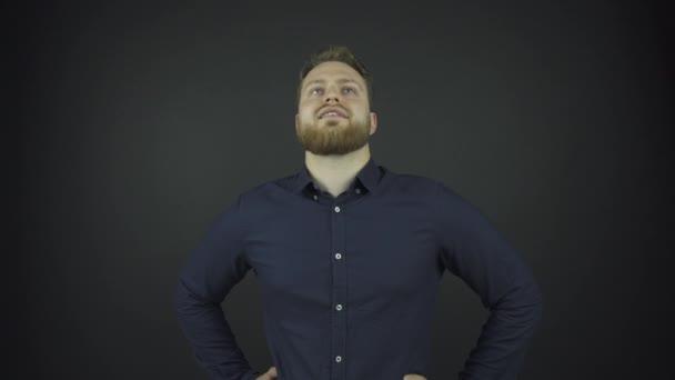 komoly férfi fekete klasszikus ing fogja a kezét csípő