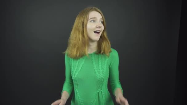 vzrušený zázvor dívka se usmívá a skrývá emoce za ruce