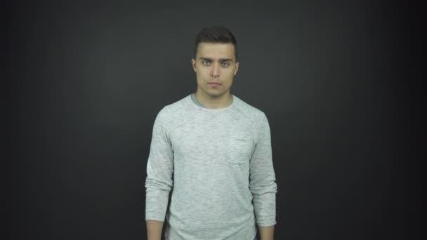 jóképű srác fehér pulóverben fut kéz a kézben áll a meghallgatáson