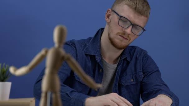 Tervező ábrázol egy fa gestalt figura kreatív munkaterület kék tónusú