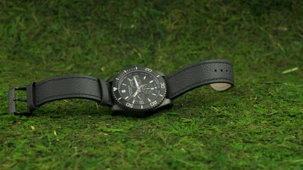 Ibach, Svájc 7.04.2020 - Victorinox Man óra rozsdamentes acél tok fekete óra számlap fekvő zöld moha