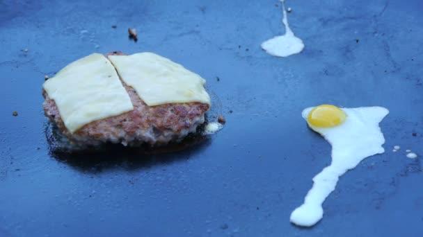 Cook používá pájecí lampa roztavit sýr na řízek masa. Šéfkuchař se taví sýr na burger pomocí pájecí lampa